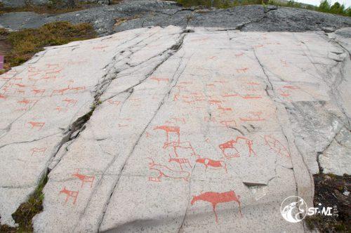 Mit Farbe sichtbar gemacht Felsritzungen.