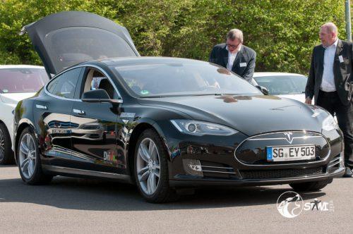 Tesla mit offener Heckklappe